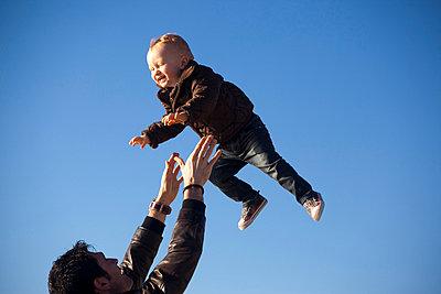 A FatherThrowsHer BabyIn The Air (En far kastar sitt barn i luften ) - p847m673612 by Michael Skoglund