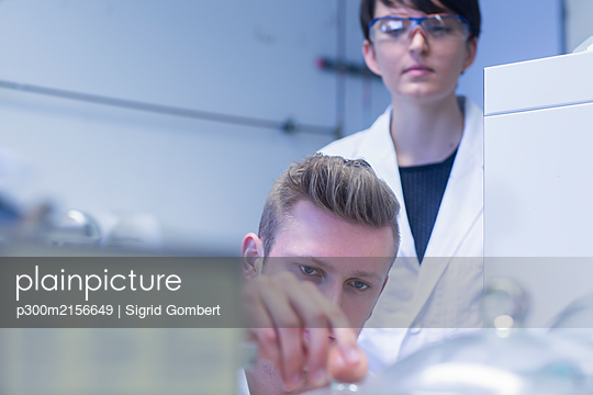 Female and male laboratory technician working together in a laboratory - p300m2156649 by Sigrid Gombert