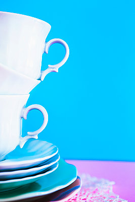 Stack of coffee cups - p1149m2089361 by Yvonne Röder