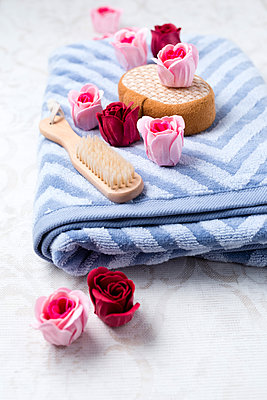 Bath roses, massage sponge, towel and brush - p300m1470123 by Mandy Reschke