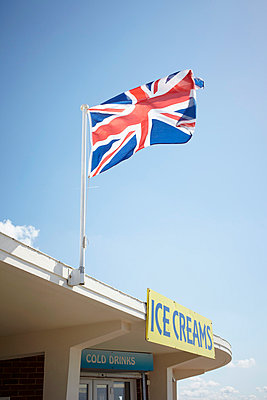 Flag and ice creams - p464m854700 by Elektrons 08