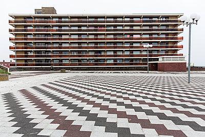 Wohnblock und großer Platz - p788m1220773 von Lisa Krechting