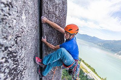 Trad climbing, Stawamus Chief, Squamish, British Columbia, Canada - p924m2164968 by Alex Eggermont