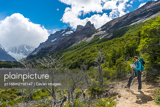 Woman hiking in the Andes mountain range towards Cerro Torre - p1166m2192147 by Cavan Images