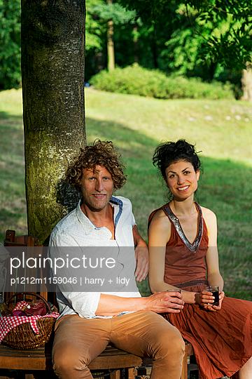 Paar auf der runden Gartenbank - p1212m1159046 von harry + lidy