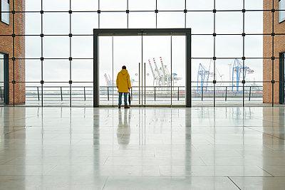 Foyer mit Blick auf dem Hafen - p1696m2294422 von Alexander Schönberg