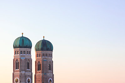 Germany, Munich, view to spires of Cathedral of Our Lady at twilight - p300m1505908 by Michael Malorny