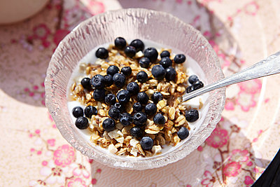 Muesli on tray - p312m1470756 by Johanna Nyholm