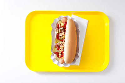 Hot dog on a yellow tray - p4541094 by Lubitz + Dorner