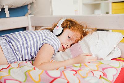 Musik hören - p904m1481106 von Stefanie Päffgen