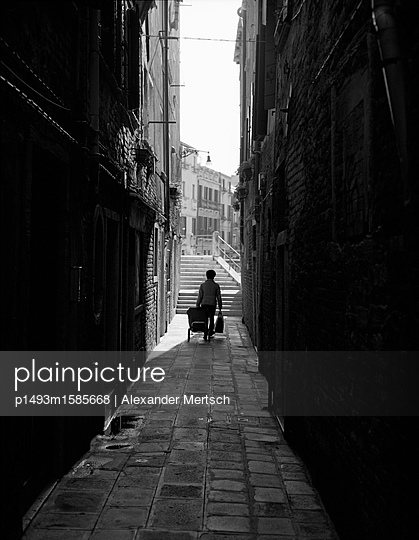 Venezianerin nach dem Einkaufen auf dem Weg nach Hause, Venedig, schwarzweiß - p1493m1585668 von Alexander Mertsch