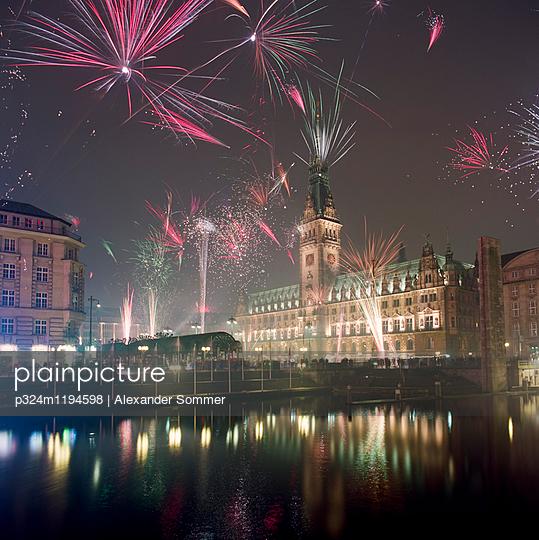 Silvesterfeuerwerk - p324m1194598 von Alexander Sommer