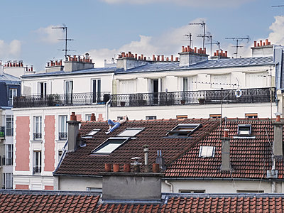 Man sunbathing on a roof during Covid-19 quarantine - p1499m2179041 by Marion Barat