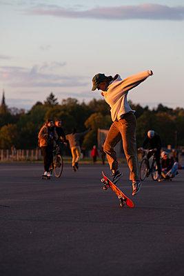 Junge Frau springt mit Skateboard - p1650m2231580 von Hanna Sachau