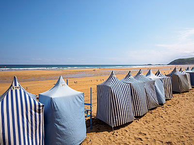 Spain, Zarauz, view to the beach with row of tents - p300m1052855f by Albrecht Weisser