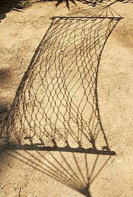 Schatten einer Hängematte - p606m741191 von Iris Friedrich