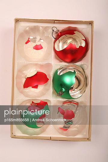 Kaputte Weihnachtskugeln - p165m855658 von Andrea Schoenrock
