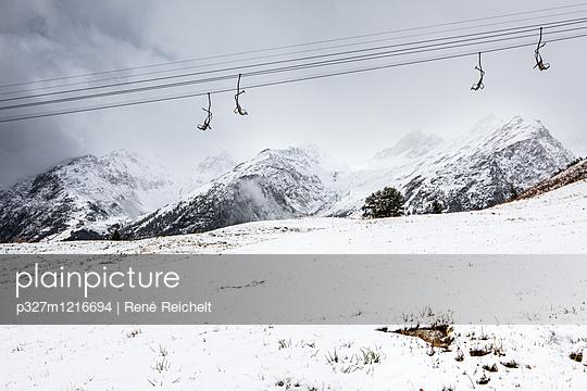 Skilift vor schneebedeckten Bergen - p327m1216694 von René Reichelt