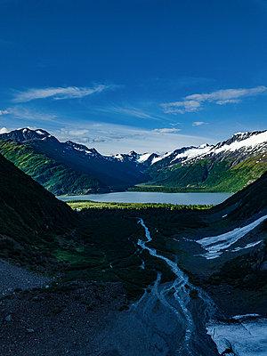 Bergsee in einem Gebirge - p1455m2204830 von Ingmar Wein