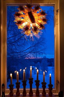 Fenster mit Weihnachtsdekoration - p235m1215172 von KuS