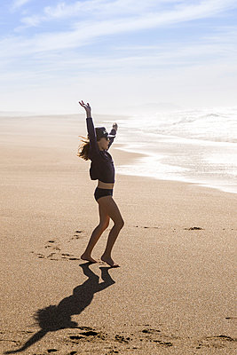 Girl playing on the beach, California, USA - p756m2053382 by Bénédicte Lassalle