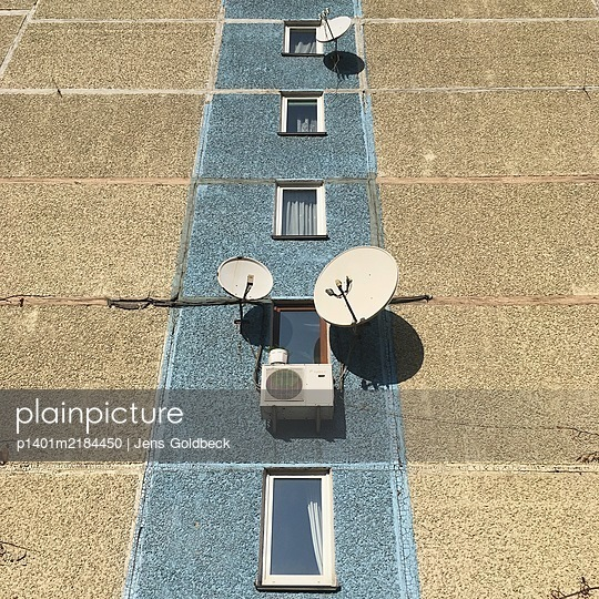 Block of flats, facade with satellite dishes, Kiev - p1401m2184450 by Jens Goldbeck