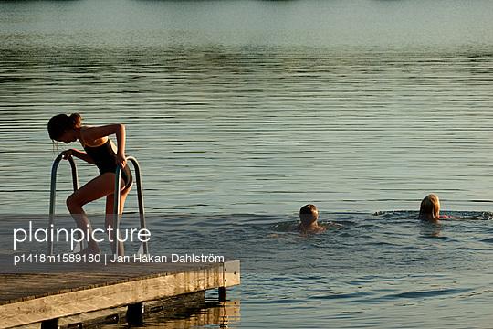 Drei Mädchen baden im See - p1418m1589180 von Jan Håkan Dahlström