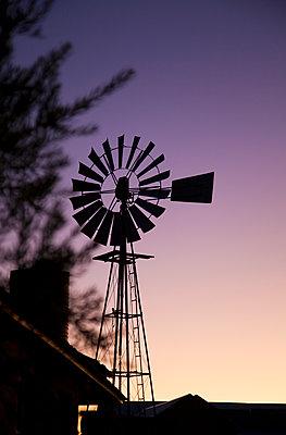Windrad im Sonnenuntergang - p1248m1138266 von miguel sobreira