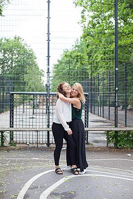 Zwei junge Frauen auf einem Sportplatz - p1303m1143526 von Ansgar Schwarz