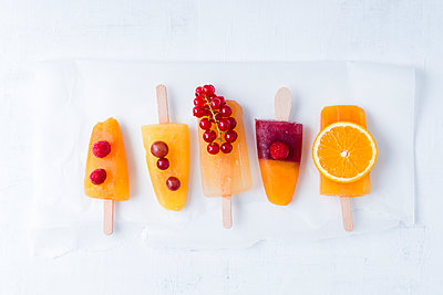 Fruits and different homemade ice lollies made of fruit juice and pulp - p300m1157349 by Mandy Reschke