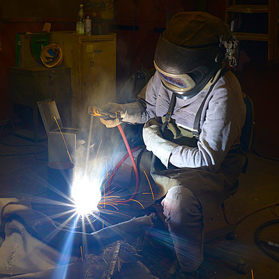 Welder working with electrode method - p300m2219598 by lyzs