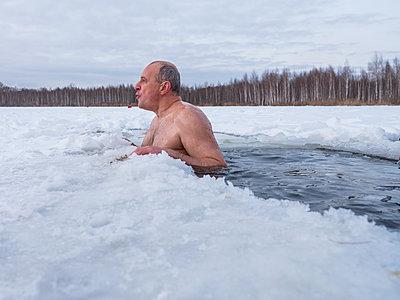Russe beim Eisbaden in Moskau - p390m1582781 von Frank Herfort