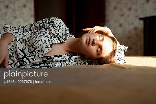 Young woman relaxing on bed - p1646m2237676 by Slava Chistyakov