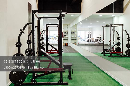 Exercise equipment at health club - p300m2273979 by Eva Blanco