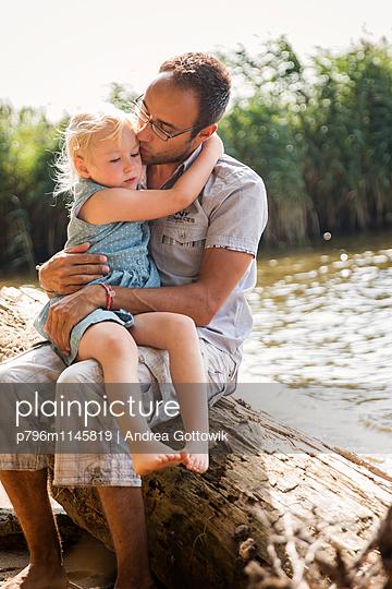 Papa Tochter Ausflug - p796m1145819 von Andrea Gottowik