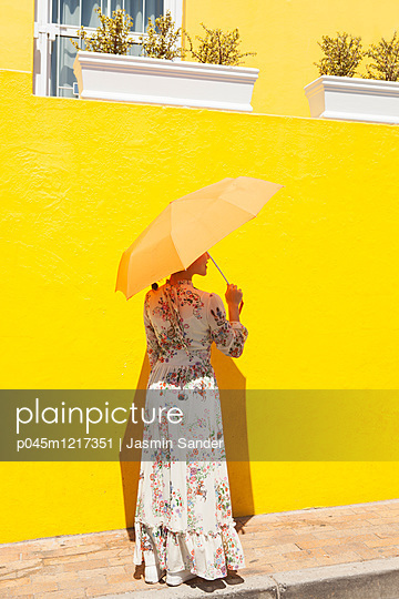 Frau mit Sonnenschirm - p045m1217351 von Jasmin Sander