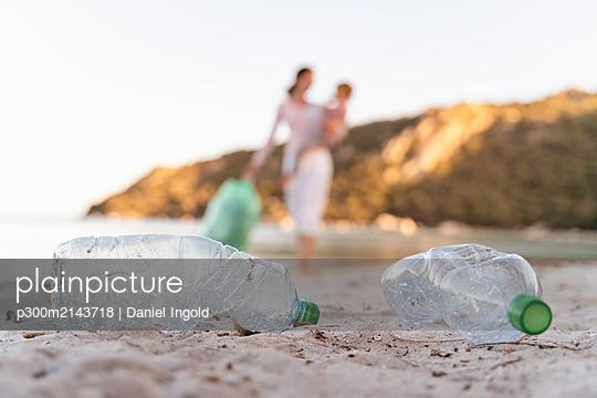 Empty plastic bottles on the beach - p300m2143718 by Daniel Ingold