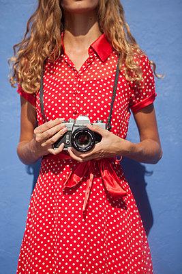 Junge Frau mit Retrokamera - p045m1441971 von Jasmin Sander