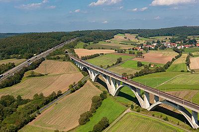 Landschaft bei der Wälsetalbrücke - p1079m890341 von Ulrich Mertens