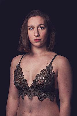 Portrait of a woman in a lace bra  - p1323m2064033 von Sarah Toure