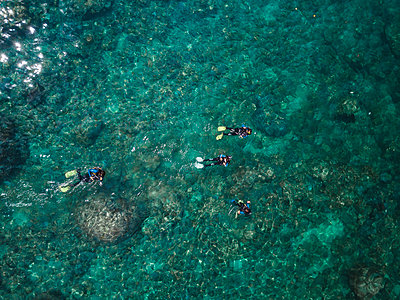 Indonesia, Bali, Divers in ocean at Amed beach - p300m2059156 by Konstantin Trubavin