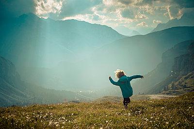 Italy, Province of Belluno, Veneto, Auronzo di Cadore, little boy walking on alpine meadow near Tre Cime di Lavaredo - p300m980415f by Jana Mänz