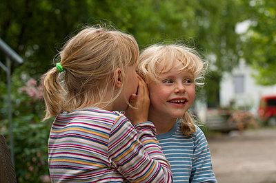 Freundinnen - p427m966446 von R. Mohr