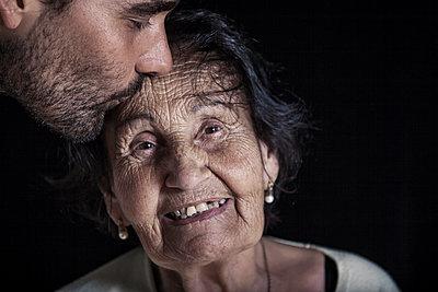 Enkel mit Großmutter - p874m1074216 von Lisa Franz