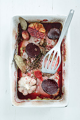 Beetroot in baking pan - p936m1161829 by Mike Hofstetter