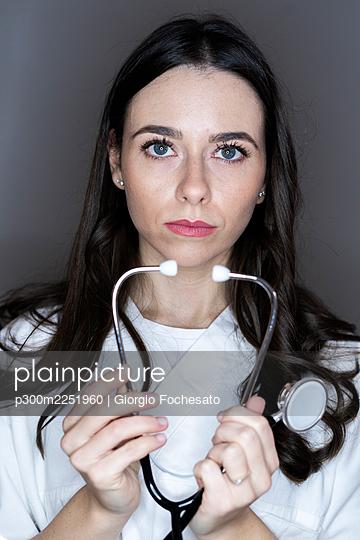 Female doctor with stethoscope in studio - p300m2251960 by Giorgio Fochesato