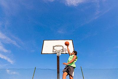 Young man playing basketball - p300m1580757 by Francesco Morandini