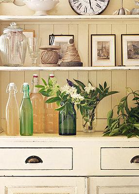 Küchenschrank und Holunderblütensirup  - p922m2071500 von Juliette Chretien