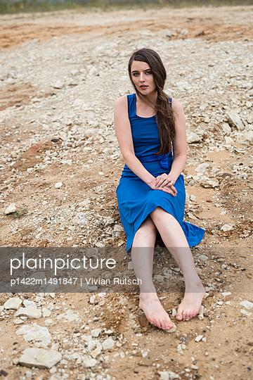Junge Frau in blauem Kleid - p1422m1491847 von Vivian Rutsch