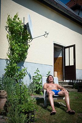 Mann beim Ausruhen im Garten - p1509m2037730 von Romy Rolletschke